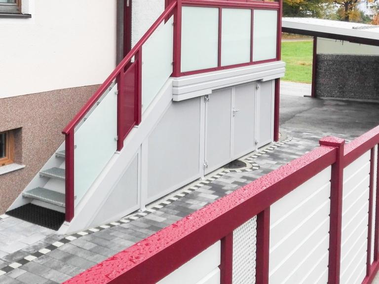 S 04 a   Verkleidung des Stiegenhohlraums bei Außenstiege mit grauem Lochblech mit Türl   Svoboda