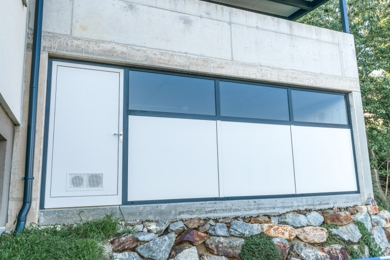 S 05 a   fixe Aluminium-Glas-Wand bei Garage inklusive Alutür, grau-anthrazit beschichtet   Svoboda