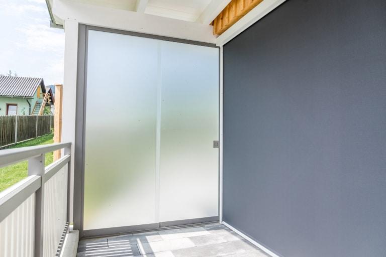 S 06 a   Glasschiebetür im Außenbereich mit Milchglas, zweigleisiges Schiebesystem   Svoboda