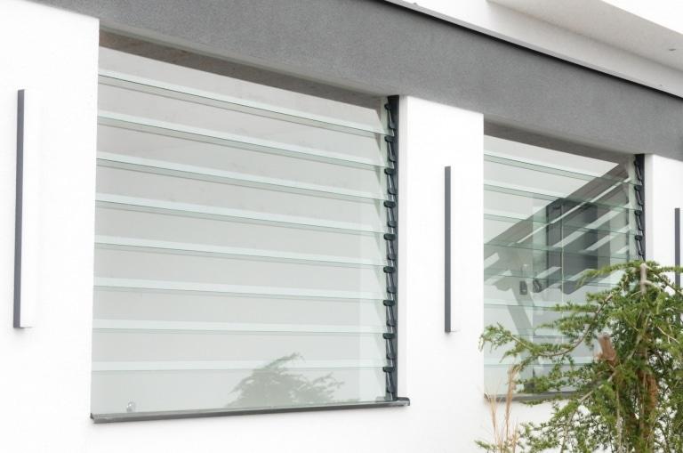 S 15 a   moderner Windschutz aus Klar-Glas-Streifen, gedreht als Lamellen montiert   Svoboda