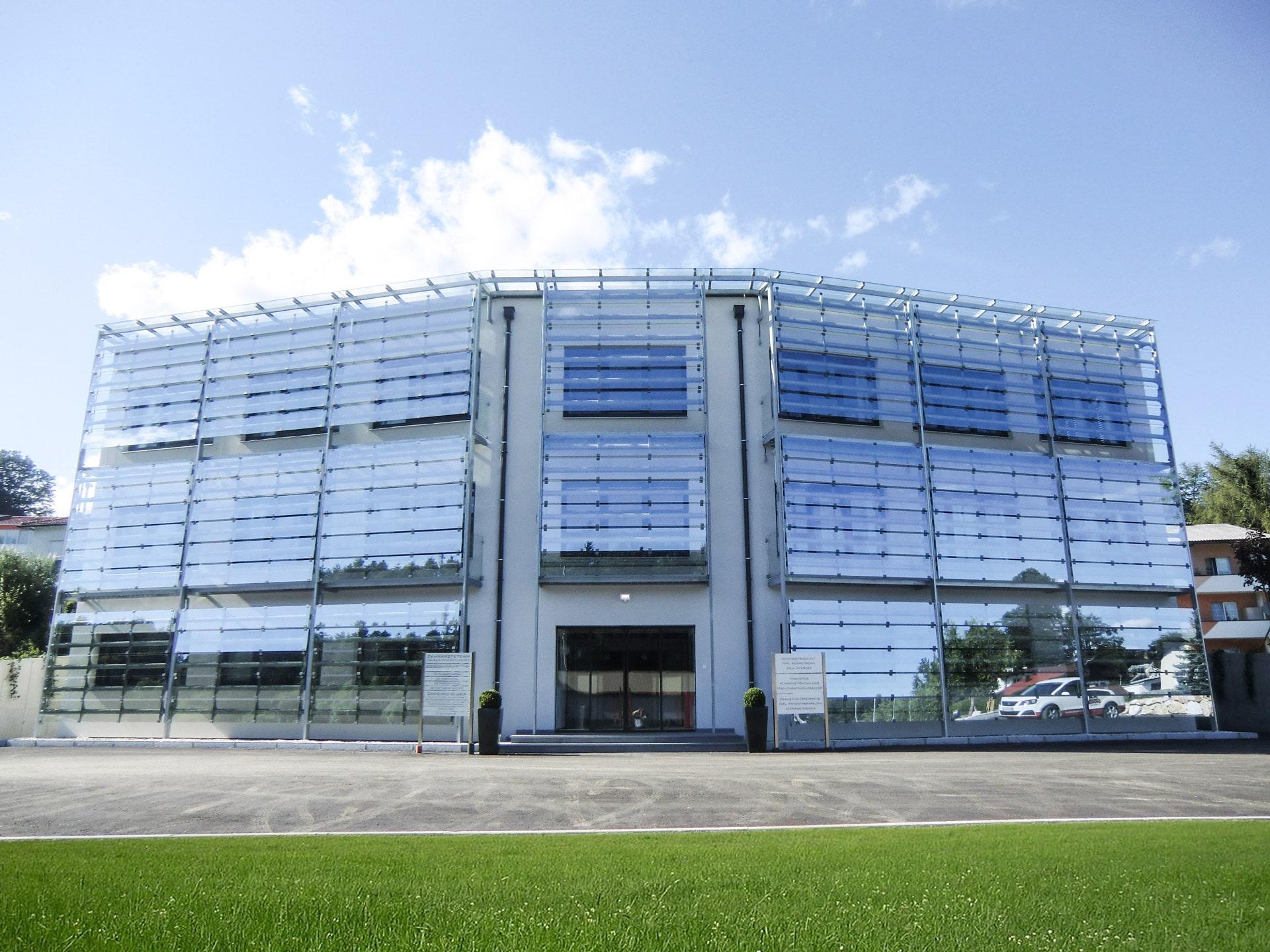 S 16 a | Fassadenverkleidung aus Klarglasscheiben mit Stahlkonstruktion | Svoboda Metalltechnik