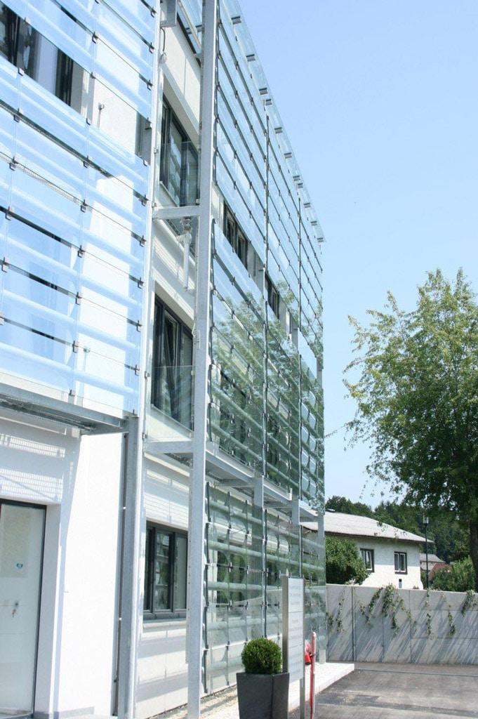 S 16 c | Fassadenverkleidung aus Klarglas bei Firmengebäude mit Stahlkonstruktion | Svoboda