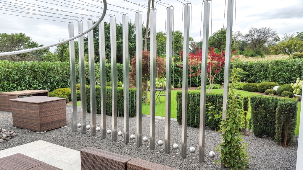 S 17 a | Edelstahl-Kunst-Objekt auf Terrasse, eckige Säulen mit Seilen & Kugeln dazwischen | Svoboda