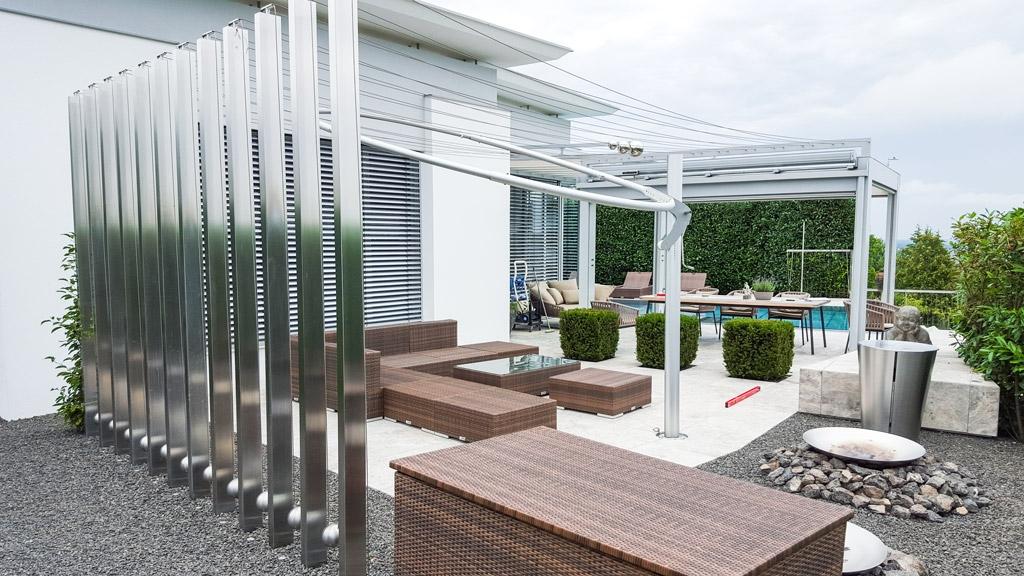 S 17 b | Edelstahl-Kunst-Objekt auf Terrasse, eckige Säulen mit Seilen & Kugeln dazwischen | Svoboda