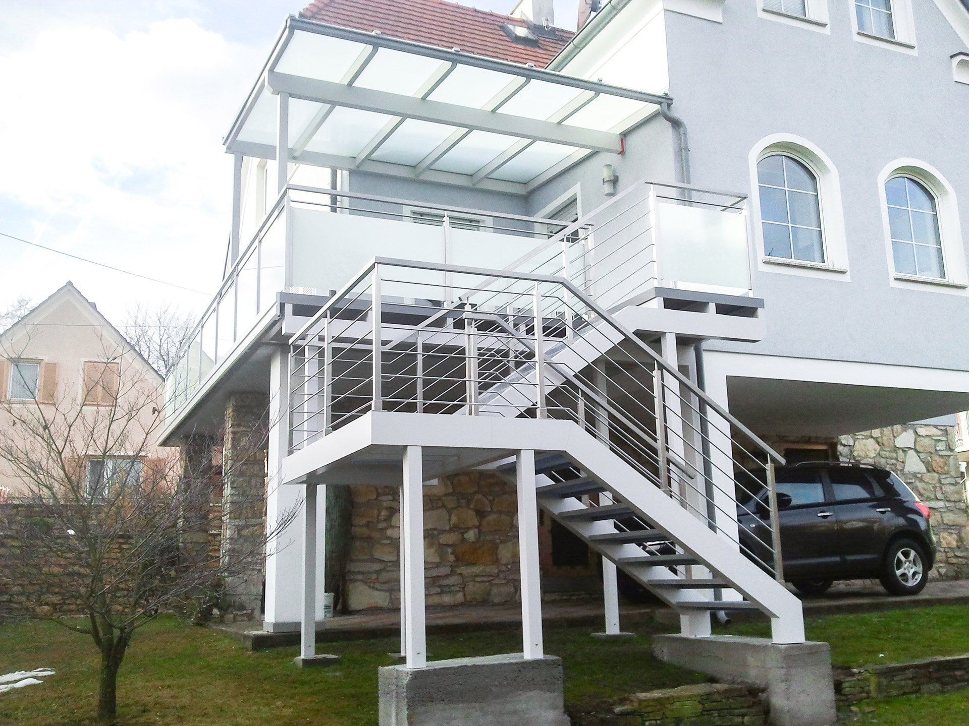 S 18 a | Stiegenaufgang aus Aluminium grau mit Nirogeländer Formrohr waagrechte Stäbe | Svoboda