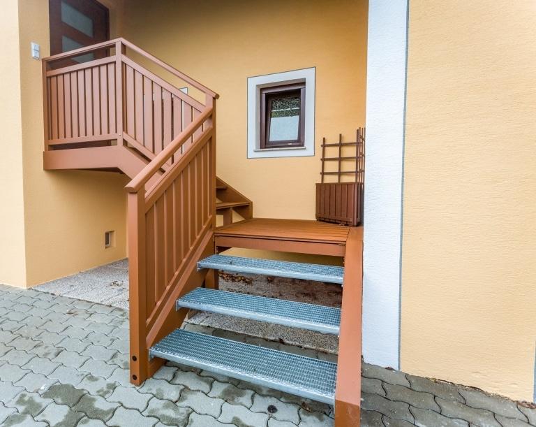 S 19   Alu-Außenstiege mit Geländer braun, Stahl verzinkte Stufen, Eck-Verlauf mit Podest   Svoboda
