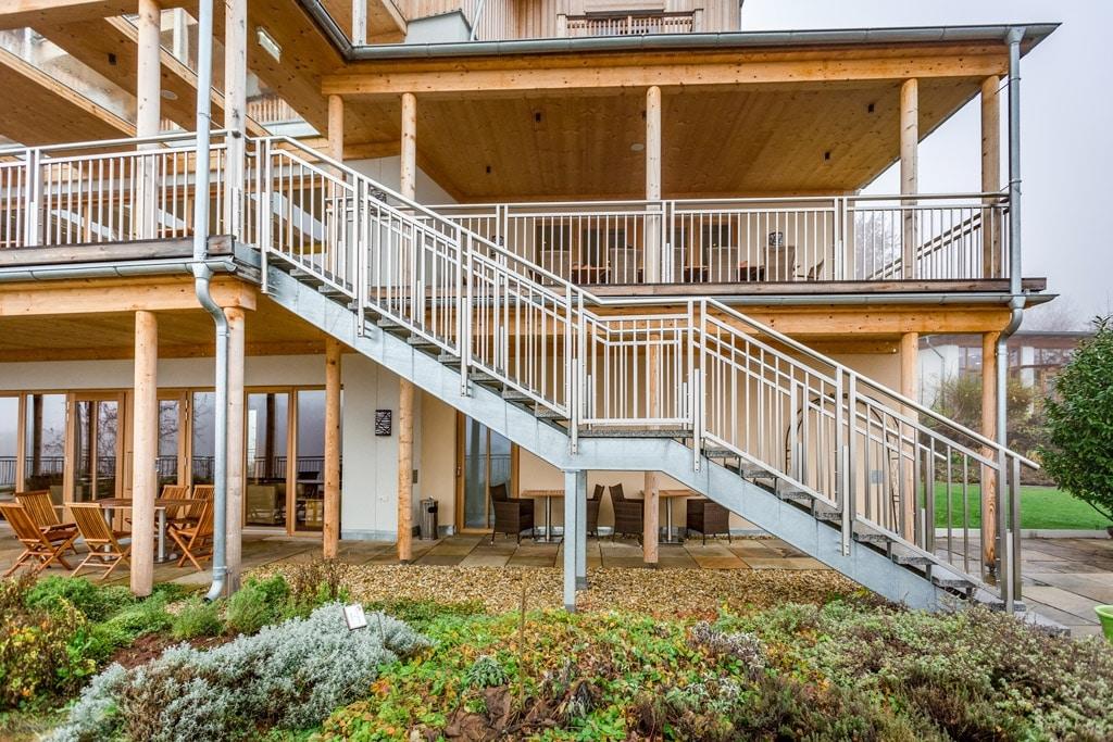 S 20 b | Außentreppe aus Metall Stahl verzinkt mit Metallgeländer Niro bei Hotelanlage | Svoboda