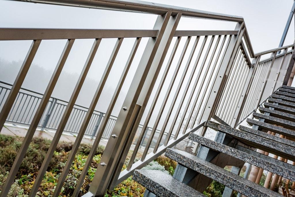 S 20 d | Edelstahl-Stiegen-Geländer, vertikale Stäbe und Rahmen eckig, Rundrohr-Handlauf | Svoboda