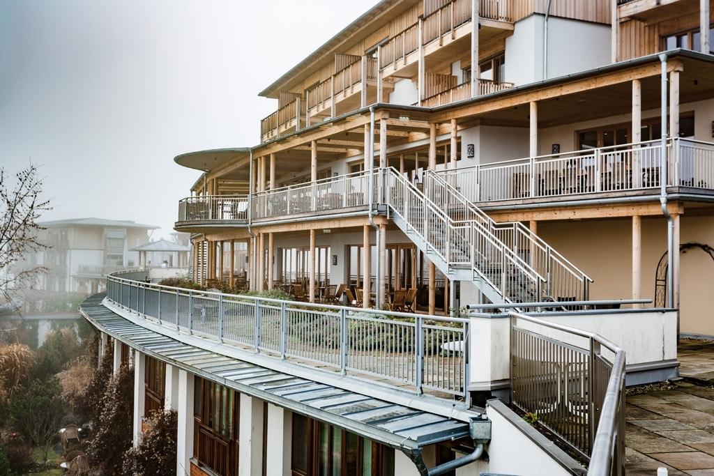 S 20 g | Metalltstiege & Edelstahl-Geländer mit vertikalen Sprossen bei Hotelanlage | Svoboda