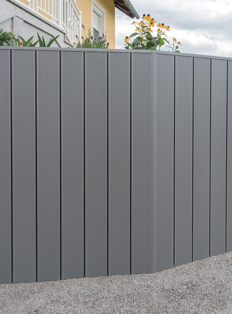S 22 c   Alu-Verkleidung mit vertikalen Alu-Bodenprofilen grau, schwarze Gummidichtung   Svoboda