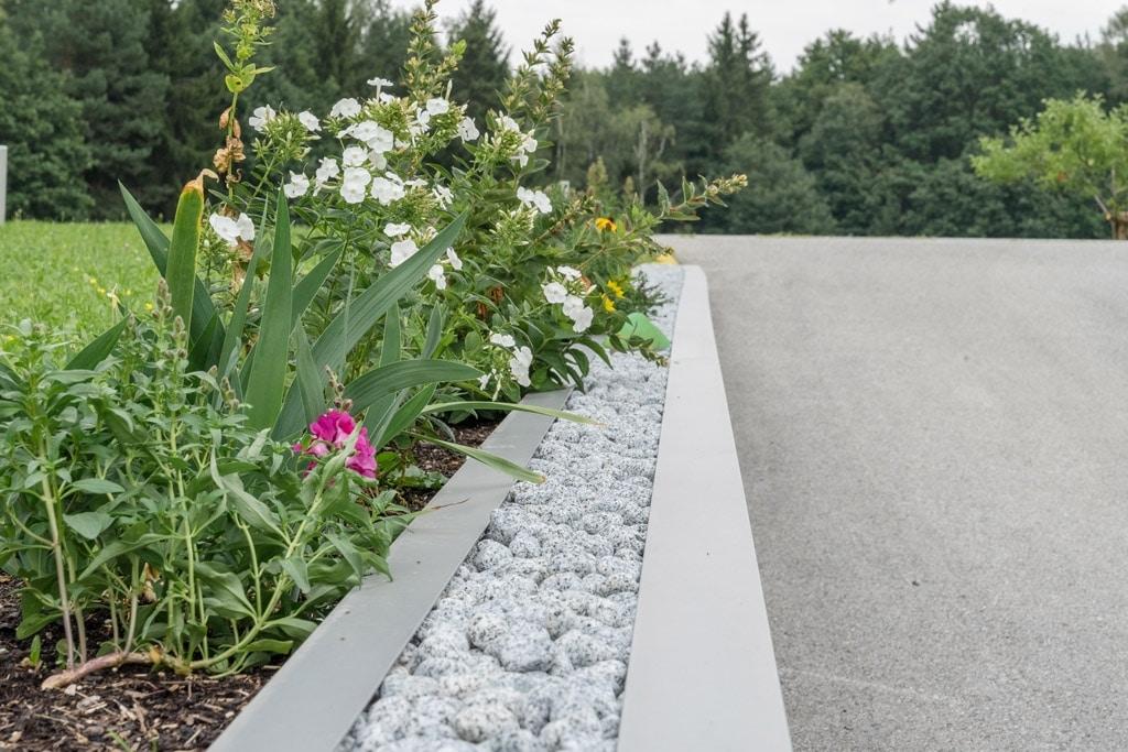 S 22 g   Einfahrtsdekorelement, Kies-Dekor mit Aluminium eingefasst und seitlichen Blumen   Svoboda