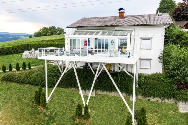 S 24 e   Übergroßer Alu-Terrassenzubau weiß beschichtet in steilem Hang, Alu-Glas-Geländer   Svoboda
