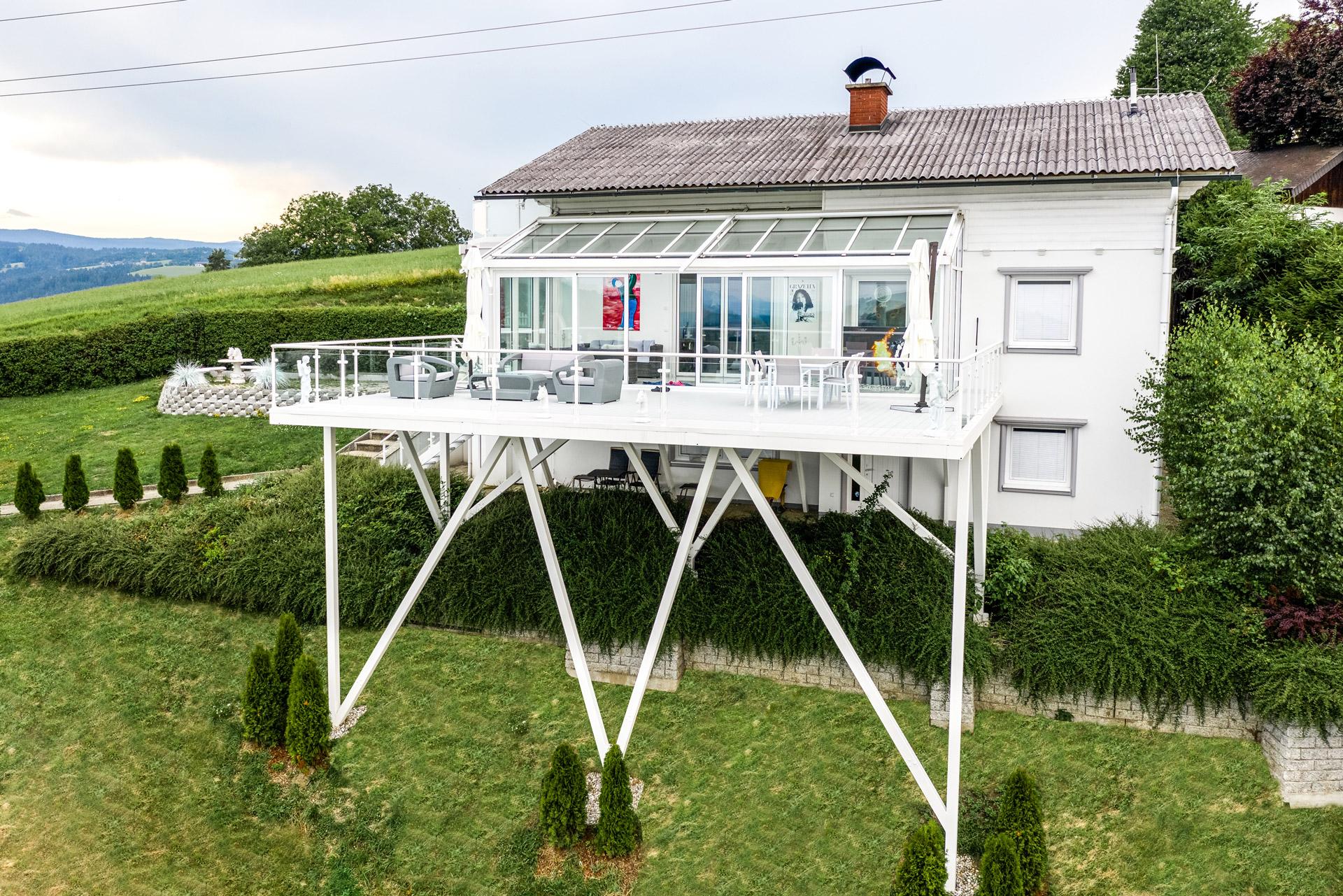S 24 e | Übergroßer Alu-Terrassenzubau weiß beschichtet in steilem Hang, Alu-Glas-Geländer | Svoboda