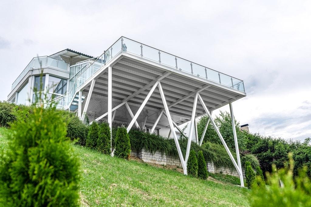S 24 f | Unteransicht XXL-Terrassenzubau in steilem Gelände, Steherkonstruktion weiß | Svoboda