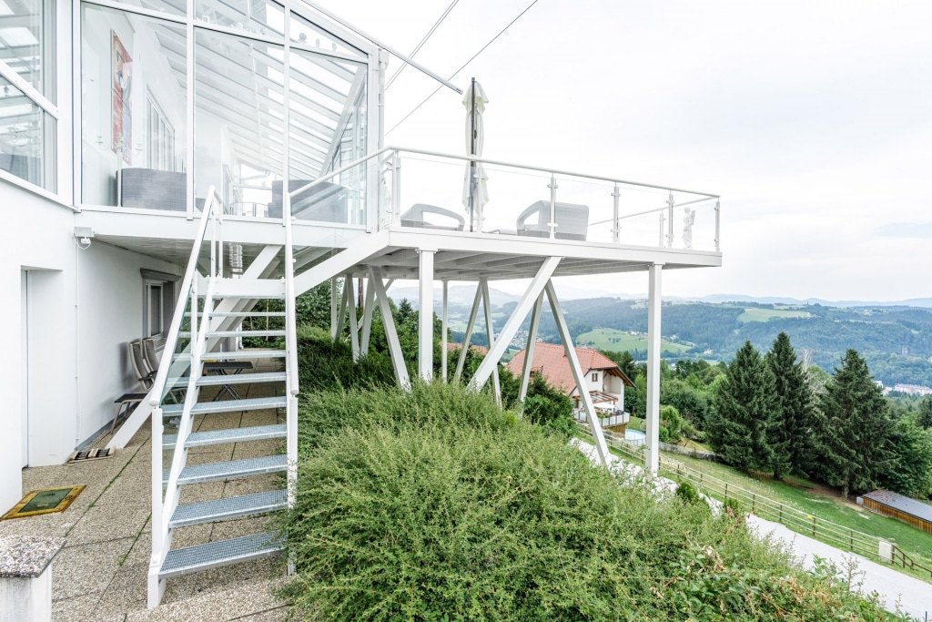S 24 i | Außenstiege aus Alu mit Gitterrost-Trittbrettern & Alugeländer bei Terrassenzubau | Svoboda