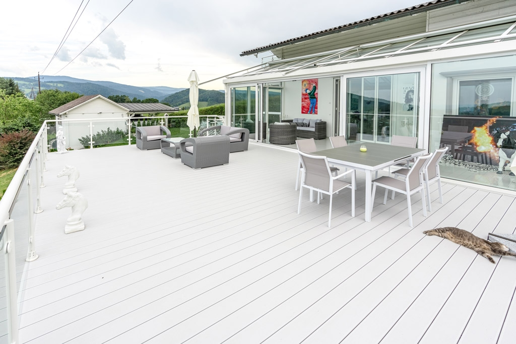 S 24 m | Aluminium-Terrassenzubau mit Aluboden grau und weißen Alu-Rundrohr-Geländer | Svoboda