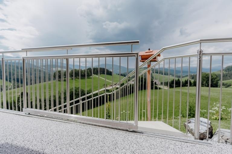 S 27 b | Schiebetür bei Stiegenabgang in Edelstahl-Stab-Geländer integriert mit Rollen | Svoboda