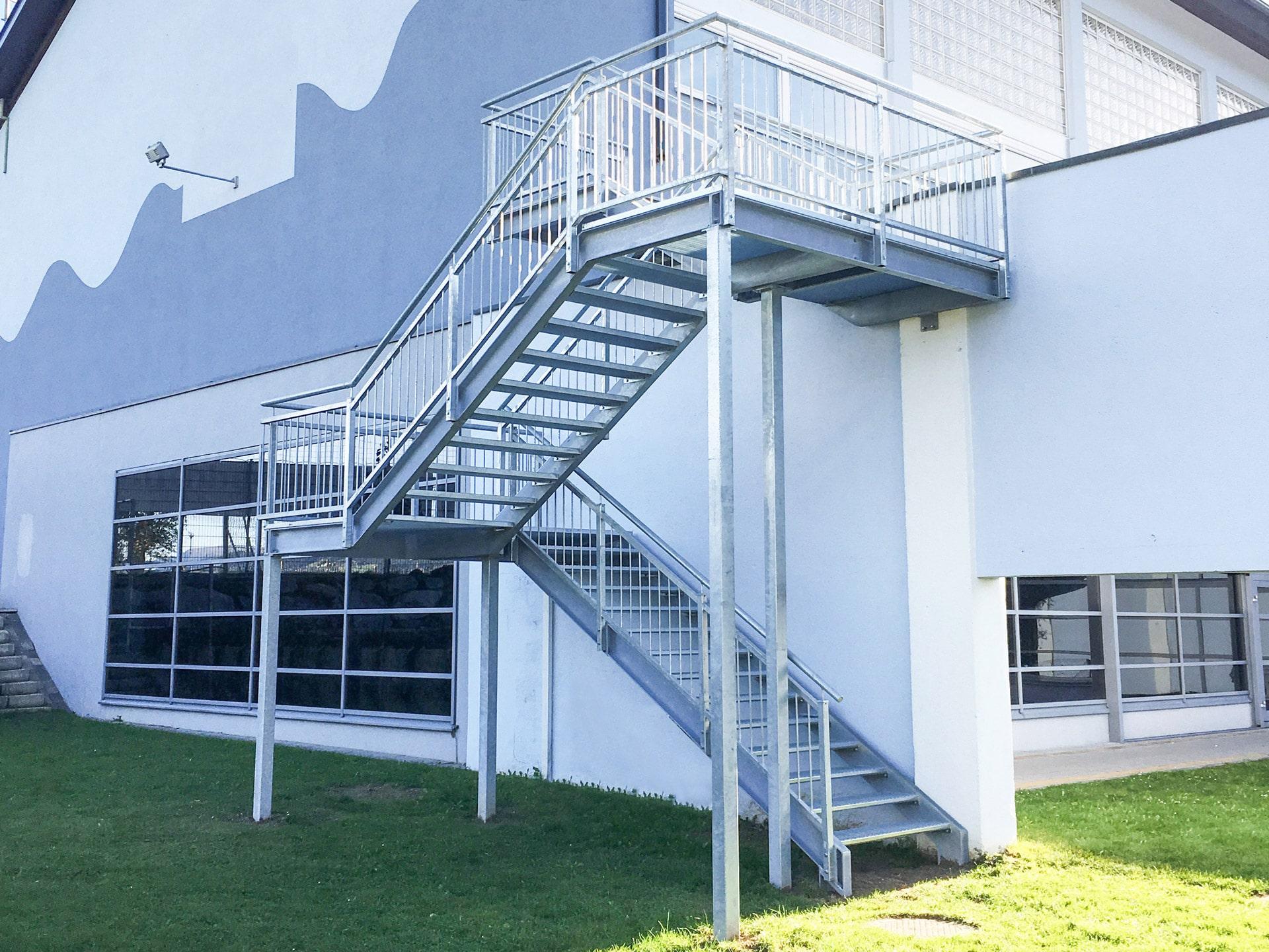S 28 a | Stahl verzinkter Stiegenanbau über 2 Etagen mit Zwischenpodest mit Stabgeländer | Svoboda