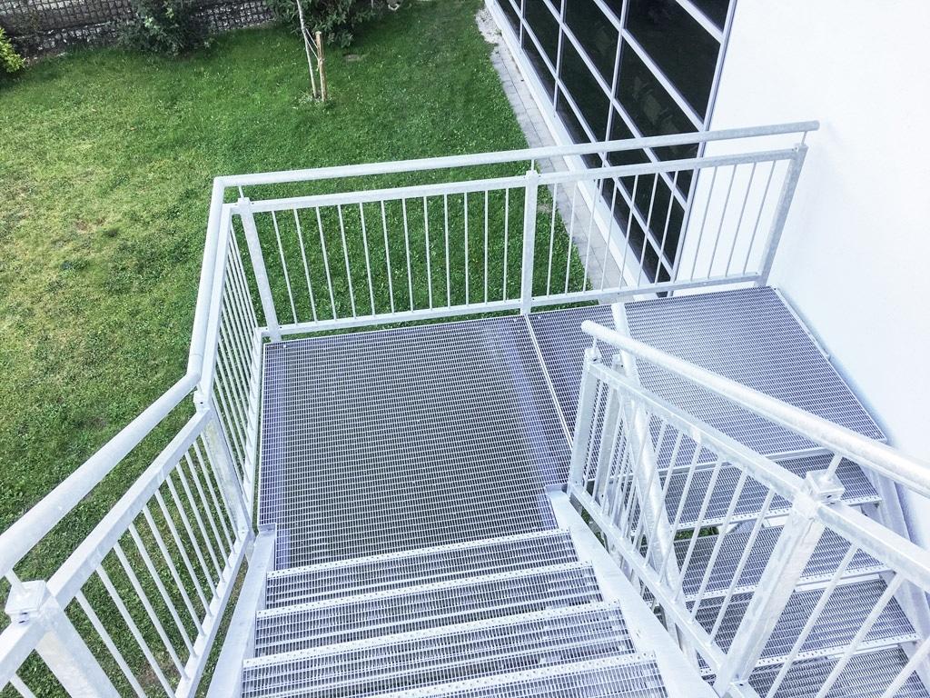 S 28 b | Stahl verzinkte Stiege mit Stahlgeänder und Gittertrittbrettern und Gitterboden | Svoboda