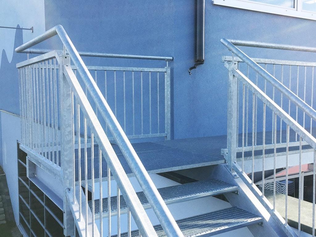 S 28 d | Außentreppe Stahl verzinkt, Geländer Stahl verzinkt mit vertikalen Stäben | Svoboda