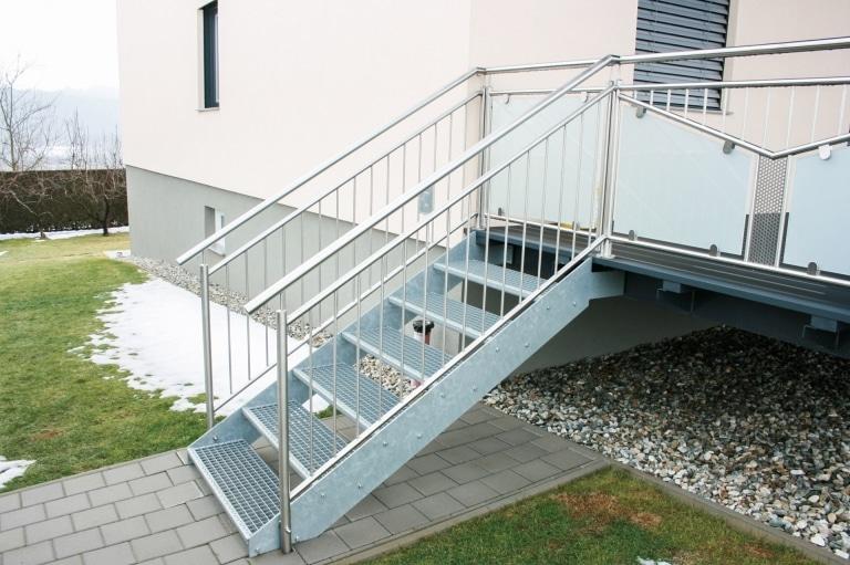 S 29 | Stahlstiege mit Gitterrost Stufen bei Terrassenzubau mit Edelstahl-Stab-Geländer | Svoboda