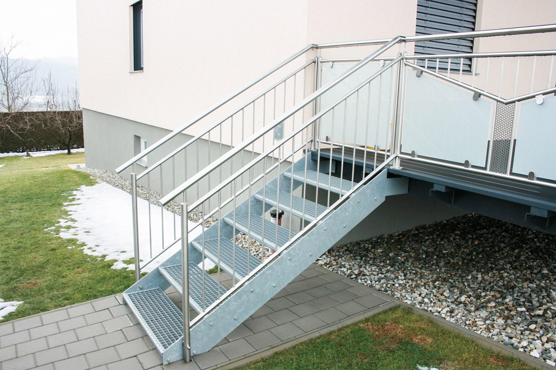 S 29   Stahlstiege mit Gitterrost Stufen bei Terrassenzubau mit Edelstahl-Stab-Geländer   Svoboda