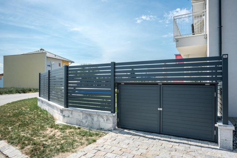 S 30 | Mülleinhausung in Zaunanlage integriert, von beiden Seiten öffenbar, anthrazit | Svoboda