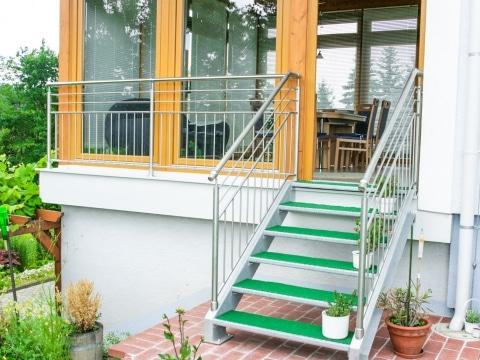 S 32 | Stahl verzinkte Außentreppe bei Terrasse mit Edelstahlgeländer | Svoboda Metalltechnik