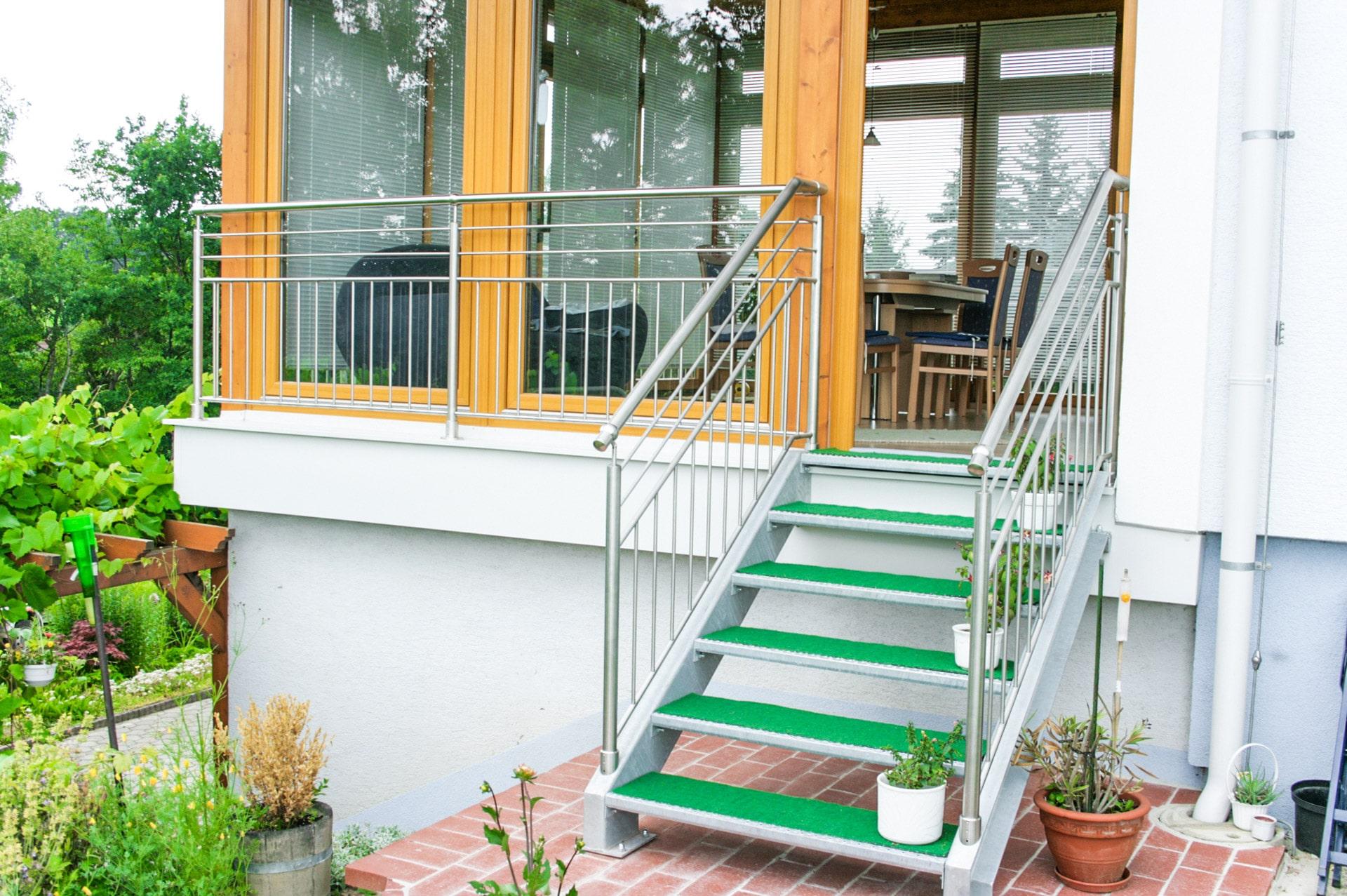 S 32   Stahl verzinkte Außentreppe bei Terrasse mit Edelstahlgeländer   Svoboda Metalltechnik