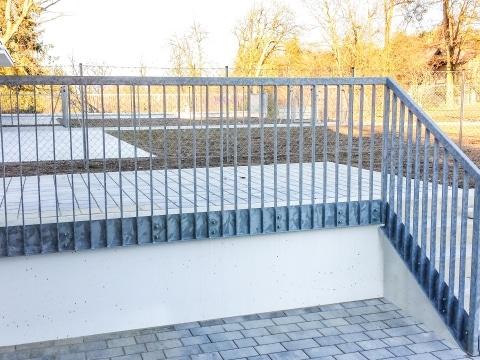 S 33 c | Stahl verzinktes Flachstahl Geländer bei Terrasse und Stiege, stirnseitig montiert | Svoboda