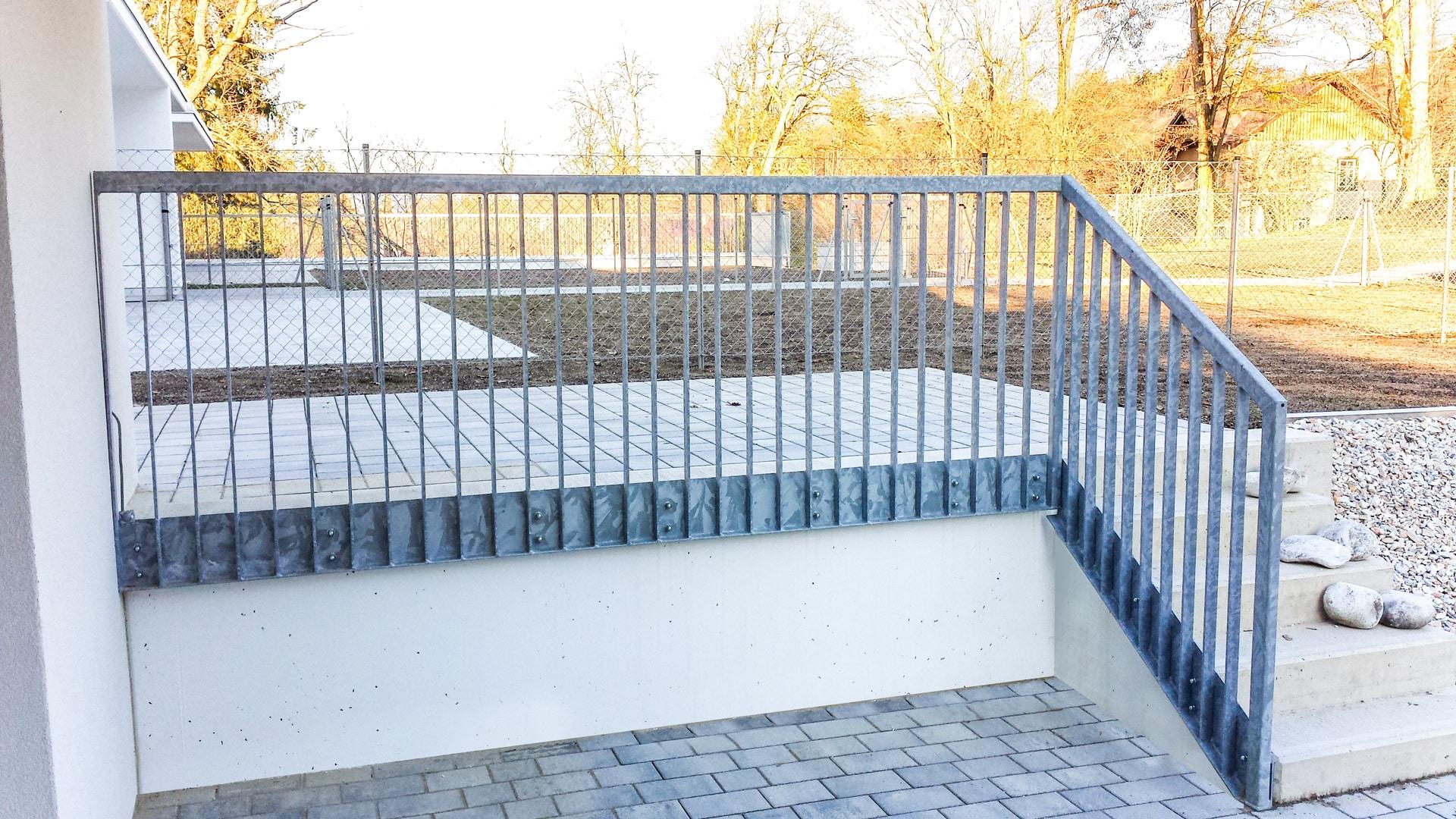 S 33 c   Stahl verzinktes Flachstahl Geländer bei Terrasse und Stiege, stirnseitig montiert   Svoboda