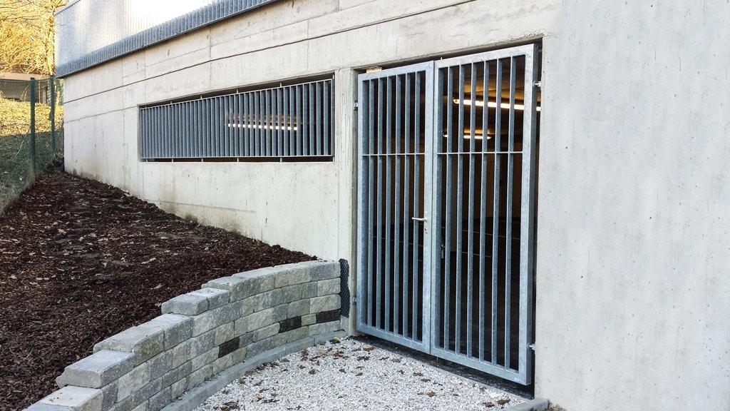 S 33 e   Eingangstür bei Garage aus verzinktem Flachstahl und Fenstergitter aus Flachstahl   Svoboda