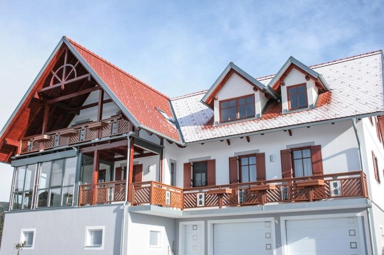 Sankt Pölten 03 a   Geländeranlage aus braun-grau beschichtetem Aluminium, Alublumenkästen   Svoboda