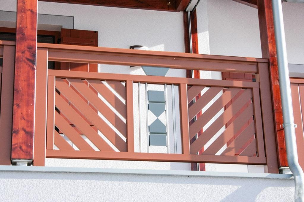 Sankt Pölten 03 c | rotbraunes Geländer aus Aluminium mit Sanduhr Dekor grau & Nirostäben | Svoboda