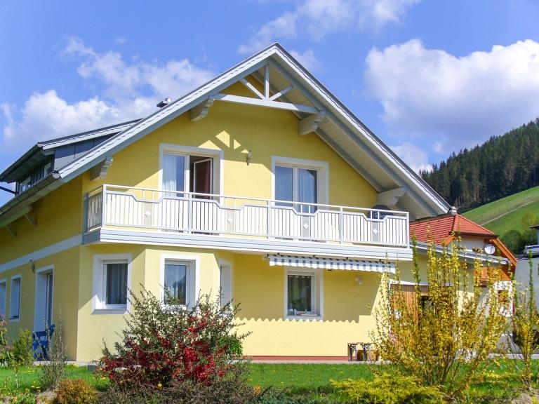 Steyr 03 b   weiß grauer Alu Latten Balkon mit Aluminium-Blende bei gelbem Einfamilienhaus   Svoboda