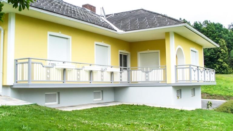 Steyr 10   grau-weißes Terrassengeländer mit senkrechten Latten, Aluminium-Blumenkästen   Svoboda