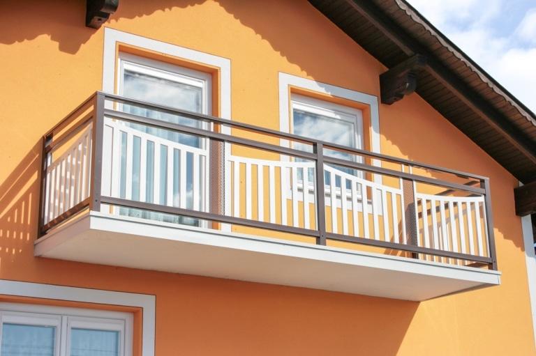 Stockerau 01 a   Geländer auf Balkon aus pulverbeschichtetem Aluminium braun und weiß   Svoboda