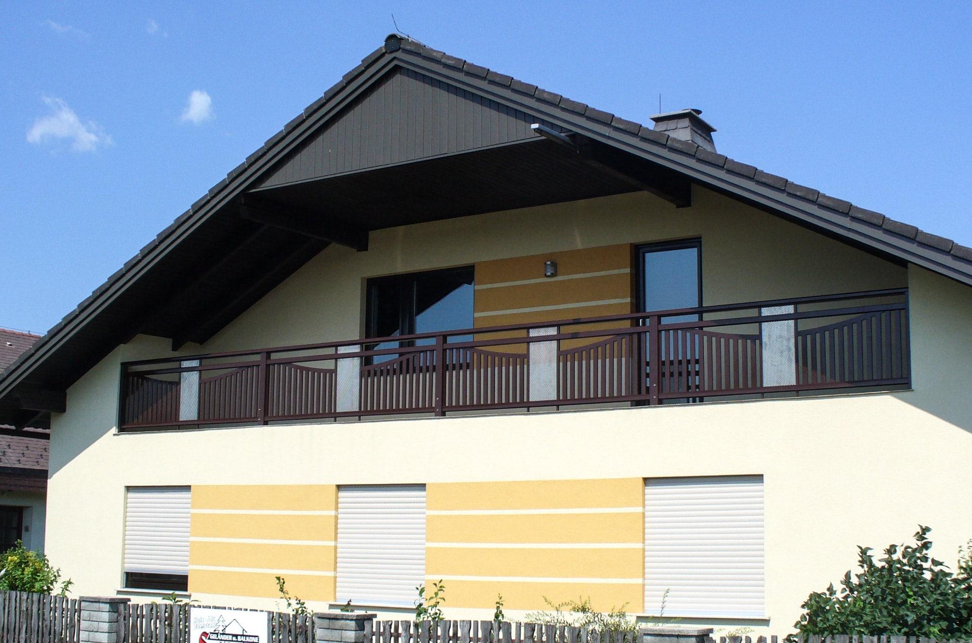 Stockerau 04 a | brauner Alubalkon mit vertikaler Lattenfüllung und Lochblech grau mittig | Svoboda