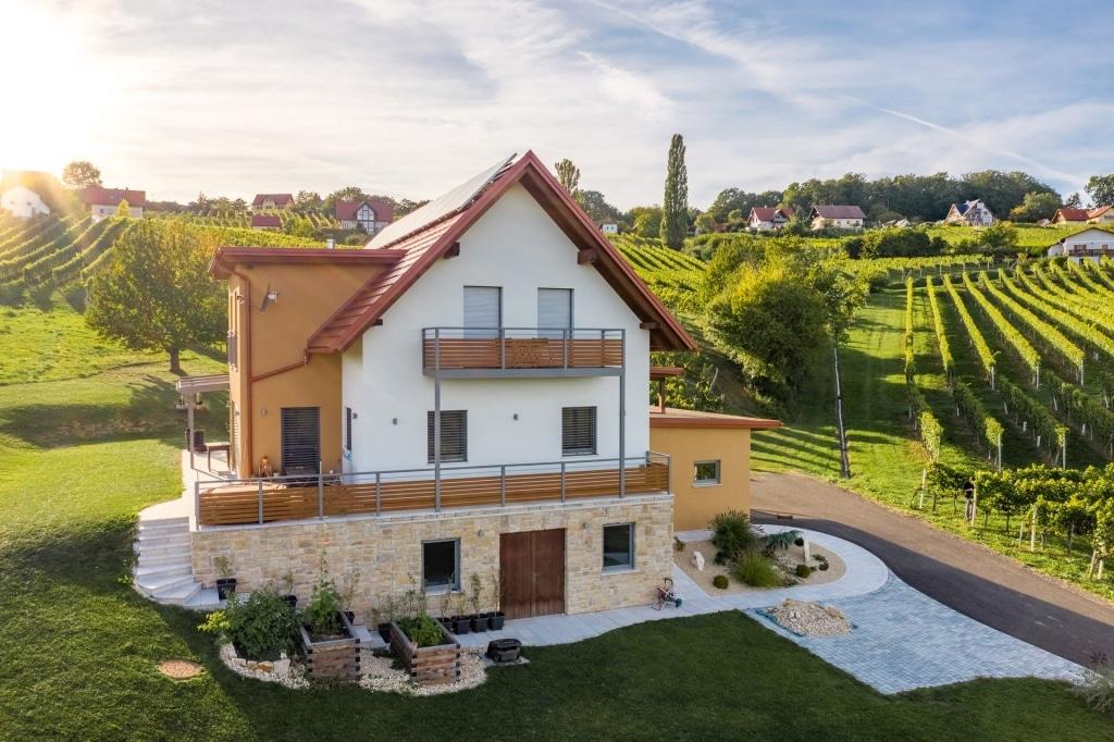Telfs 02 H a | Alu-Geländer grau-braun mit waagrecher Lattung bei EFH Neubau in Weinbergen | Svoboda