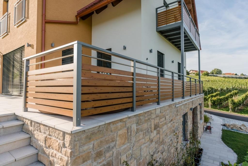 Telfs 02 h f | graues Aluminium-Geländer mit modernen waagrechten Latten in Kiefer Optik | Svoboda