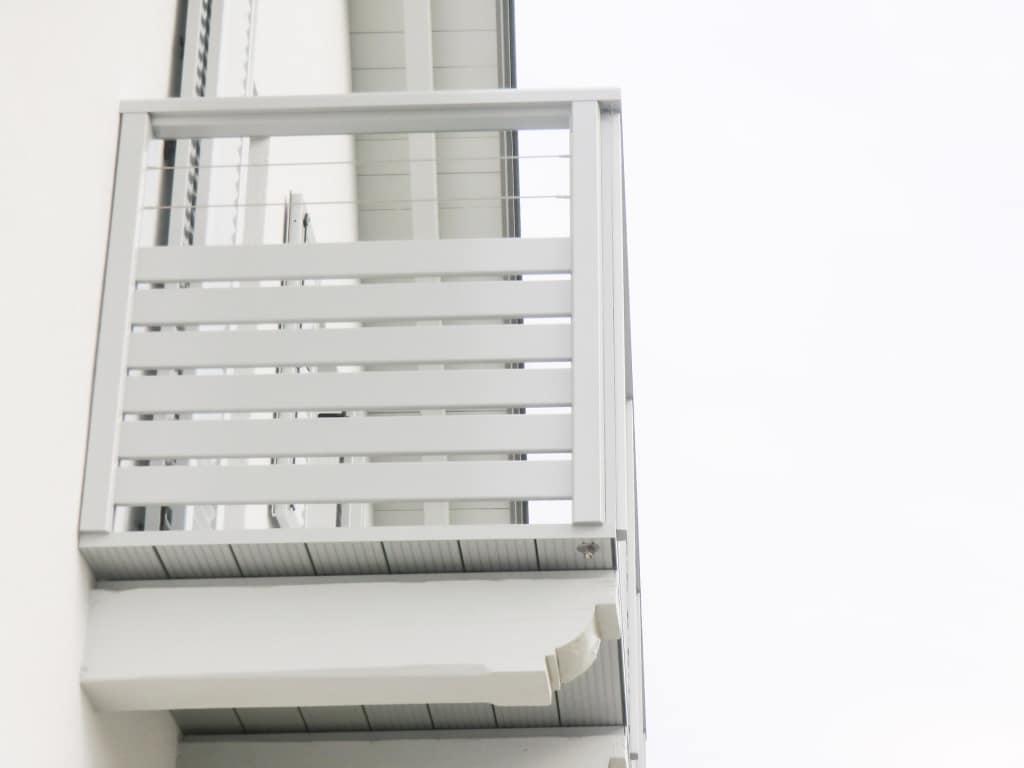 Telfs 02 | grauer Alubalkon mit Querlattung, 2 waagrechten Edelstahl-Seile, Aufsatzmontage | Svoboda