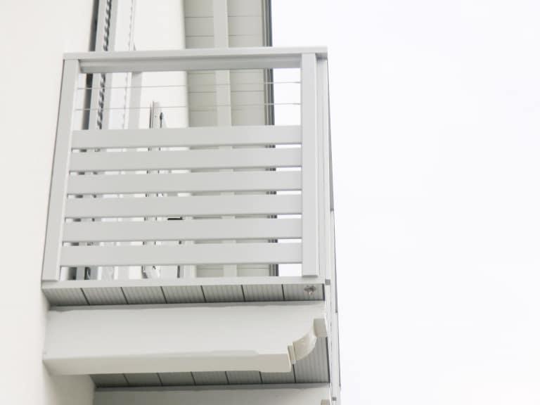 Telfs 02   grauer Alubalkon mit Querlattung, 2 waagrechten Edelstahl-Seile, Aufsatzmontage   Svoboda