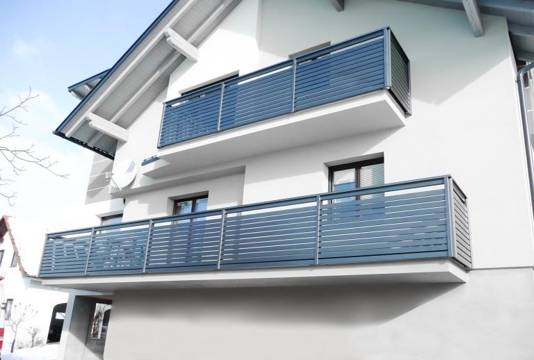 Telfs 03   Modernes waagrechtes Lattenalugeländer bei Balkon, Latten als Blende, anthrazit   Svoboda