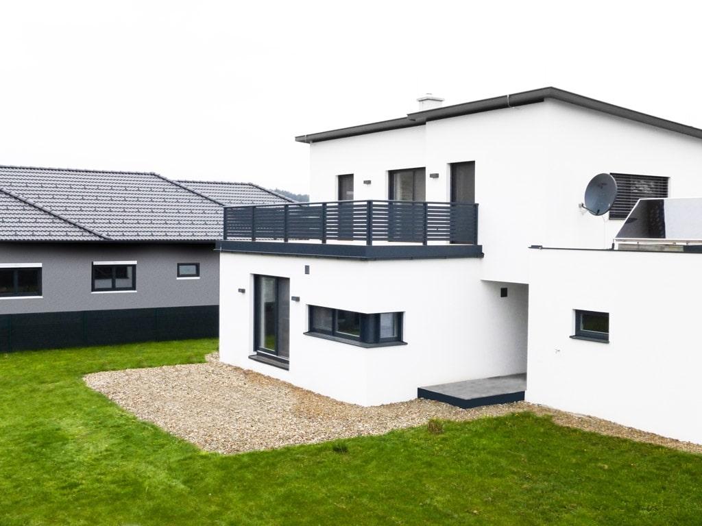 Telfs 04 a | moderner Aluminiumbalkon bei modernem weißen Haus mit Pultdach und Terrasse | Svoboda