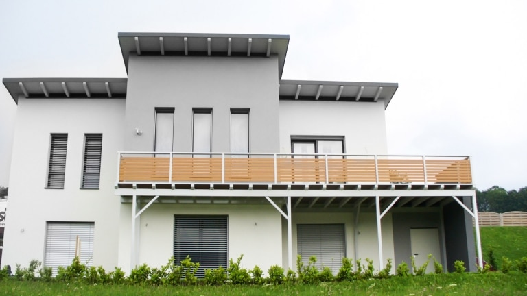 Telfs 05   Alu Querlattung Terrassengeländer wie-braun, modernes Haus mit Pultdach   Svoboda
