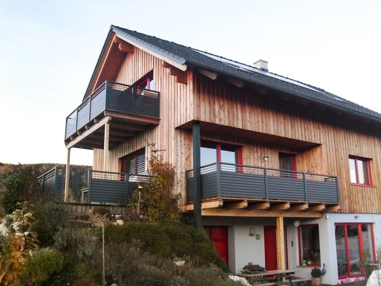 Telfs 06   Moderner Alubalkon mit Querlattung grau und Nirostäben bei Haus mit Holzfassade   Svoboda