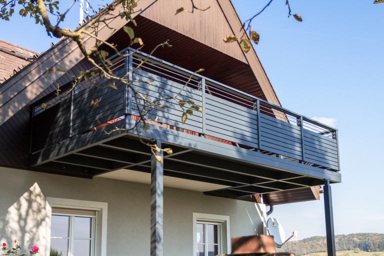 Telfs 09 a   moderner Aluminiumbalkon mit Aluquerlatten und waagrechten Edelstahl-Streben   Svoboda