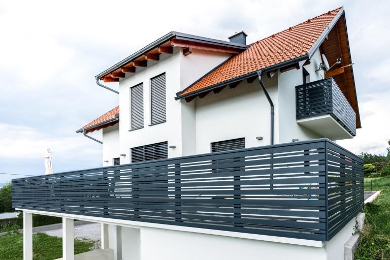 Telfs 10 a   Aluminium Geländer modern mit waagrechten Latten anthrazit bei modernem Haus   Svoboda