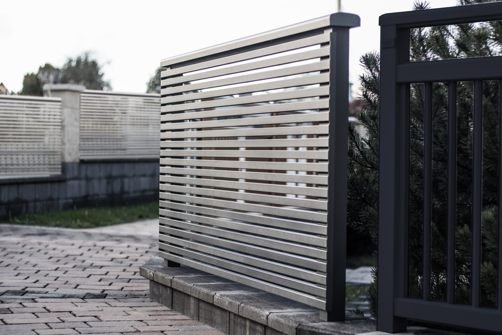 Telfs 11 a   Modernes Aluminium-Geländer mit dünnen Querlatten aus Alu beschichtet   Svoboda
