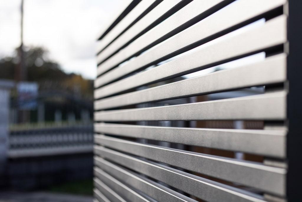 Telfs 11 b   Detail waagrechte beschichtete dünne Alu-Latten bei Geländer   Svoboda Metalltechhnik